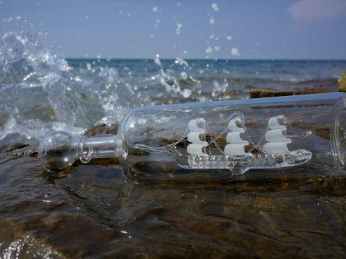 vasara,vanduo,jūra,vandenynas,šventė,laivas,lašas vandens,švirkšti,Rokas,naršyti,laivas stiklo,pranešimas,tylus,taikus,lūkesčiai,džiaugsmas,kelionė,saulė,papludimys,uolingas paplūdimys,akmeninis paplūdimys,slovenia,transportas,pristatymas,žinutė butelyje,dreifuojantis vandenyje,lengvumas