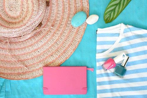 vasara, Šiaudinė skrybelė, kepurė, vasaros skrybėlę, marškinėliai, dryžuoti marškiniai, vasarą Greznumlieta, šventė, atostogos, mada, stilingas, vienodo klojimo, flatlay