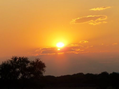 saulė,saulėlydis,dangus,kalnas,kraštovaizdis,debesys,šviesa,tamsūs debesys,tamsa,vakaro saulė,lauke,naktis,spinduliai,tamsi,horizontas,puštadieninė saule,aušra,aiškumas,siluetai,išėjimas saulė,gamta,fonas,medis