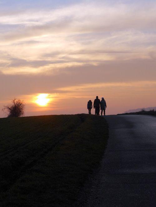 saulė,debesys,žmonės,personažai,kelias,saulėlydis