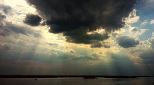 saulės spindulys,oras,oro temperamentas,dangus,debesys,saulės šviesa,gamta,spinduliai,apšvietimas,šviesa,nuotaika,atmosfera,saulėlydis,dramatiškas,debesų formavimas,dramatiškas dangus,lichtspiel,vakarinis dangus,klimatas,natūralus spektaklis