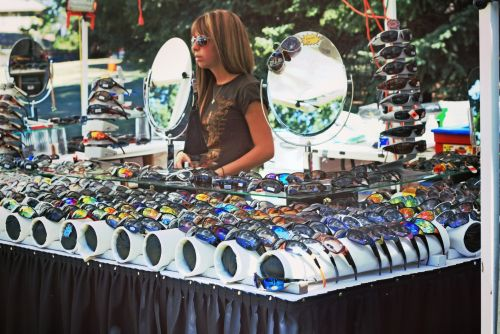 akiniai nuo saulės, akiniai, stendas, kioskas, parduotuvė, parduoti, & nbsp, pardavimui, pasirinkimas, poros, daug, lauke, pardavėjas, moteris, mergaitė, atspalvių, akiniai nuo saulės pardavimui