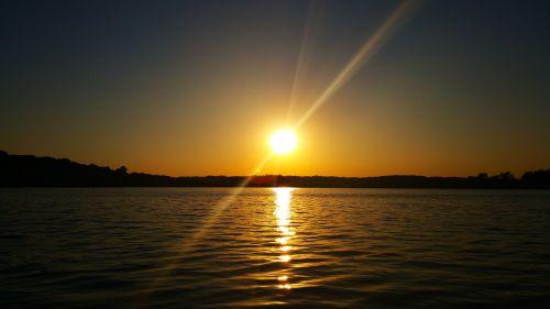 saulėlydis,ežero saulėlydis,ežeras,vanduo,dangus,atspindys,saulė,vakaras,ramus,lauke,šviesa,balansas,bangos,ramybė,šviesos spinduliai,šiltas,šiltas saulėlydis,taikus,ripples,žemė