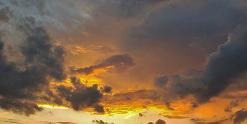 saulėlydis,debesys,dangus,vakaras,oranžinė,geltona,auksinis,ugnis,švytėjimas,žėrintis,dramatiškas,dramatiškas dangus,apmąstymai,spalvos,spalvinga,gražus