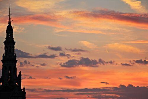 saulėlydis,vakarinis dangus,atmosfera,gamta,debesys,dangus,abendstimmung,vakaras,afterglow,dusk,raudona,oranžinė,raudonas dangus,debesuota dangaus,nuotaika,dangaus spalvos,romantiškas,twilight,žiemą,pastatas,senas pastatas,debesies vaizdas,romantika,debesuota dangaus,spire,bokštas