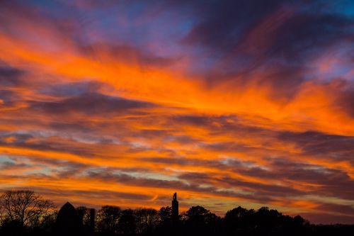 saulėlydis,oranžinė,debesys,spalvingas saulėlydis,prekinis ženklas,Besileidžianti saulė,oranžinis dangus,kraštovaizdis,medžiai,oras,dangus,vakarinis dangus