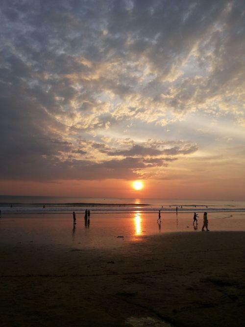 saulėlydis,saulėlydis paplūdimyje,žmonės paplūdimyje,saulėlydžio dangaus,papludimys,žmonės,vandenynas,Indija,Pietų Indija,kerala,atostogos,jaunas,vanduo,saulė,Besileidžianti saulė,kelionė,paplūdimio vakaras,siluetas,dangus,laimingas,linksma,gamta,smėlis,šventė,lauke