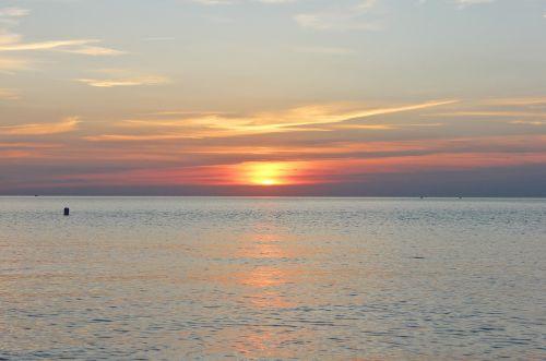 saulėlydis,ežeras,vanduo,dangus,kraštovaizdis,saulėtekis,saulė,vasara,atostogos,Krantas,papludimys,šviesa,taikus