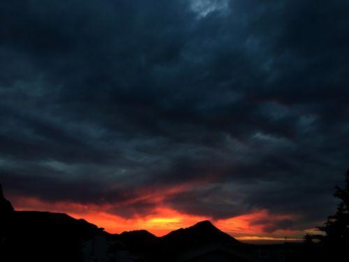 saulėlydis,raudona,oranžinė,tamsus dangus,tamsūs debesys,katilas,dangus,saulė,kraštovaizdis,gamta,vakaras,debesis,jūra,vandenynas,audringas,audros dangaus