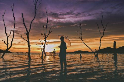 saulėlydis,twilight,dangus,kelionė,gamta,vasara,kraštovaizdis,saulė,vanduo,lauke,šviesa,mėlynas,debesis,atostogos,scena,vyras,vienas,mirę medžiai,medžiai,šešėlis,laukimas