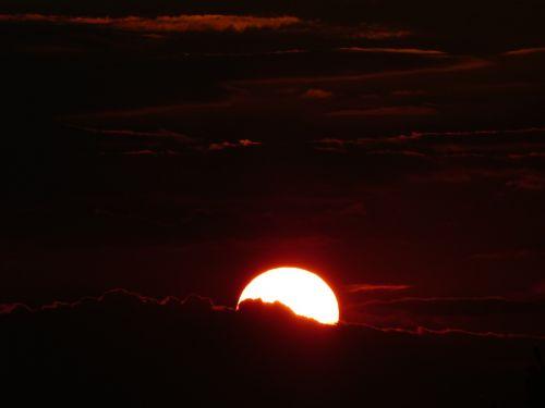 saulėlydis,raudona,auksas,afterglow,abendstimmung,vakarinis dangus,saulė,vakaras,atmosfera,šiltas,švytėjimas,tamsi