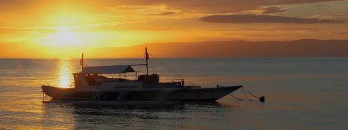 saulėlydis,valtis,outrigger,jūra,ramus,vanduo,apmąstymai,auksinis,ramus,ramus,gražus,saulėtekis,dangus