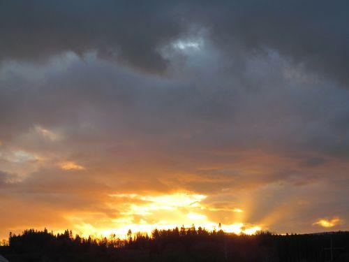 saulėlydis,vakarinis dangus,spalvingas vakarinis dangus,spalva,afterglow,abendstimmung,saulė,dangus,debesys,vakaras,spalvinga,spinduliai,pragaras,šviesus,nuotaika,šviesa