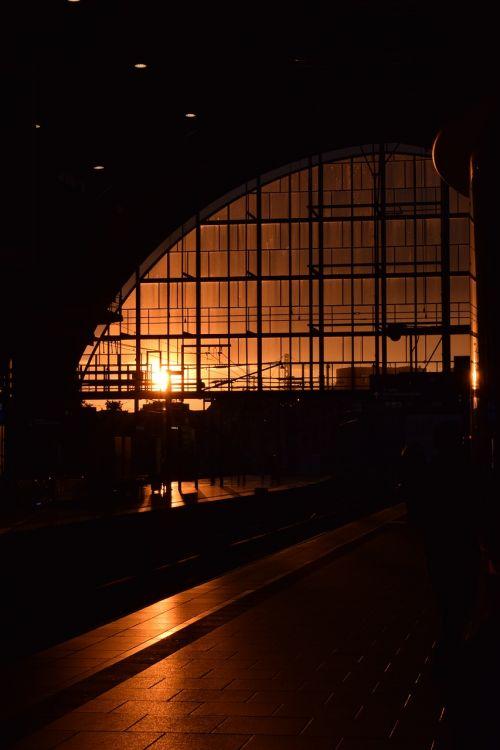 saulėlydis,saulė,šviesa,dangus,oranžinė,vakaro saulė,dangus saulė,dusk,raudona saulė,raudona,saulėlydžio šviesa,twilight,Besileidžianti saulė,elektra,stotis,langas,traukinys,juoda,platforma,stiklas