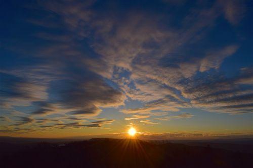 saulėlydis,dangus,debesys,saulė,gamta,lauke,mėlynas,saulės šviesa,šviesa,geltona,šviesus,spalva,saulės šviesa,natūralus,šviesti,twilight,dusk,horizontas,dienos šviesa,taikus,ramus,vakaras
