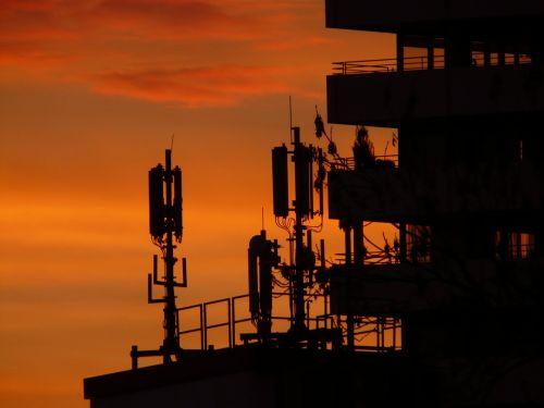 saulėlydis,dangus,debesys,abendstimmung,saulė,romantika,Ugnis,afterglow,deginti,deginimas,namai,pastatas,antenos,radijas,radijo sistema,antena,antenos stiebas,architektūra,siųsti