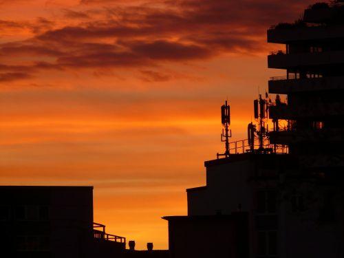 saulėlydis,dangus,debesys,abendstimmung,saulė,romantika,Ugnis,afterglow,deginti,deginimas,namai,pastatas,antenos,radijas,radijo sistema,antena,antenos stiebas,architektūra,siųsti,miestas,siluetas,panorama