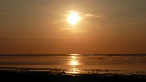 saulėlydis,saulė,saulės šviesa,saulės spindulys,bolidas,Besileidžianti saulė,vakaro saulė,afterglow,vakarinis dangus,twilight,Šiaurės jūra,jūra,vanduo,papludimys,smėlis,vatai,wadden jūra,banga,dangus,debesys,įspūdis,gražus,atmosfera,abendstimmung,romantika,raudona,geltona,oranžinė,auksinis,spalva,Cuxhaven,šventė,nemokamai,vasara,vasaros idilija,idilija,idiliškas,nuotaika,laivai,siluetas,veidrodis,gamtos kraštovaizdis,kraštovaizdis,gamta