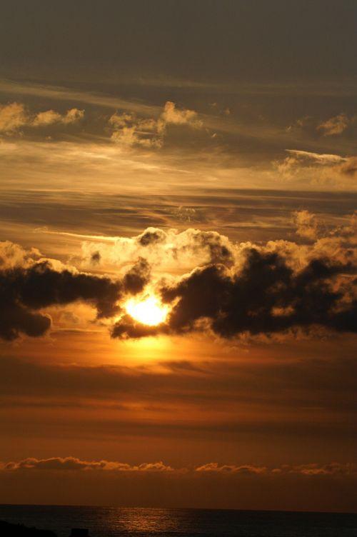 saulėlydis,twilight,tamsūs debesys,oranžinis raudonas dangus,tamsus dangus,marseille,į pietus nuo Prancūzijos,Provence,kraštovaizdis,saulė,vakaras,romantiškas,saulėtekis,šviesos spinduliai