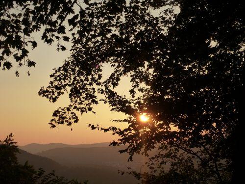saulėlydis,dangus,vakarinis dangus,kalnai,saulė,medžiai,mesti šešėlį,tamsi,oranžinis dangus,dangaus spindesys,vakaras,rytas,saulėtekis