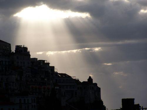 saulės šviesa,debesis,spinduliai,miestas,namai,saulė,saulės šviesa,kraštovaizdis,kelionė,vaizdingas,vaizdas,vasara,šviesa