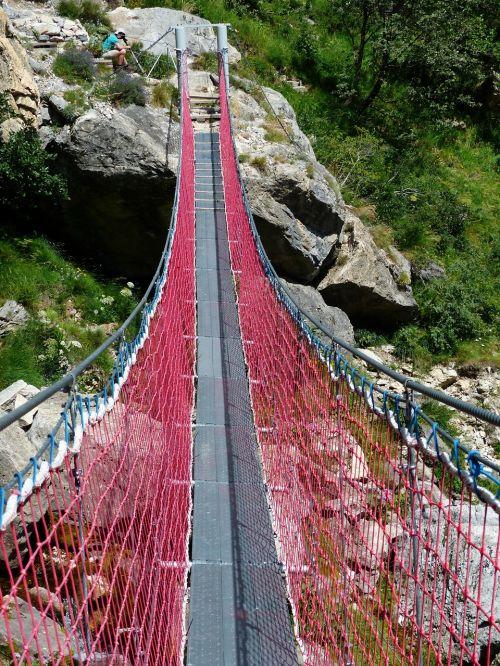 kabantis tiltas,tiltas,perėjimas,upė,lyno tiltas,lynai,ištemptas,priklausyti,toli,tiltų statyba,drebantis,raudona