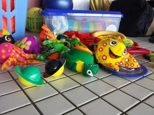 plaukti,gyvūnai,vaikai,žaislai,vandens malonumas,šlapias,linksma,gyvatvorė,lauko baseinas,malonumas,linksma maudytis,aktyvus