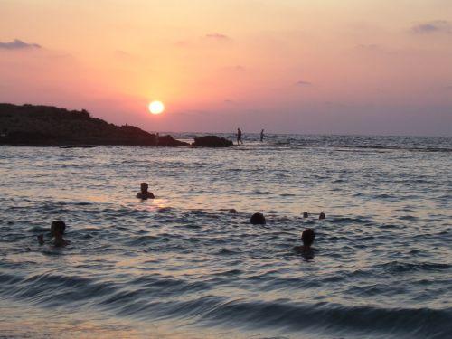 maudytis, saulėlydis, papludimys, atostogos, maudytis saulėlydyje