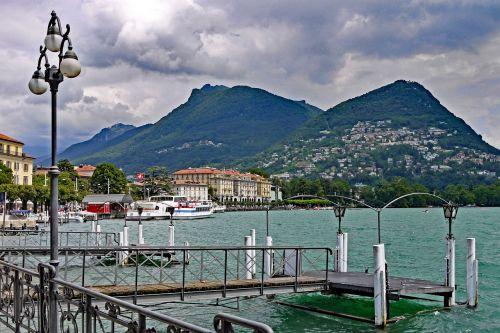 Šveicarija,lugano,ežero promenada,centras,investuotojai,debesys,lietaus debesys,Ticino,pietų šveicarija,bankas,ežeras,vanduo,ežeras lugano,tvoros,Alpių,kalnai,kalvotas geležis,išsipūsti,lietingas oras,Promenada
