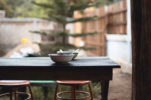 stalas,maistas,dubuo,šaukštas,kėdės