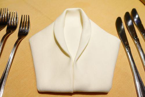 stalas,padengti,servetė,servetėlės lankstymas,šakutės,peilis