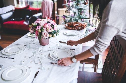 stalas,rengia,nustatyti,Kalėdos,atostogos,moteris,mergaitė,gėlės,patiekalai,nustatyti stalą,interjeras,apdaila,vakarienė,maistas,xmas,gėlė