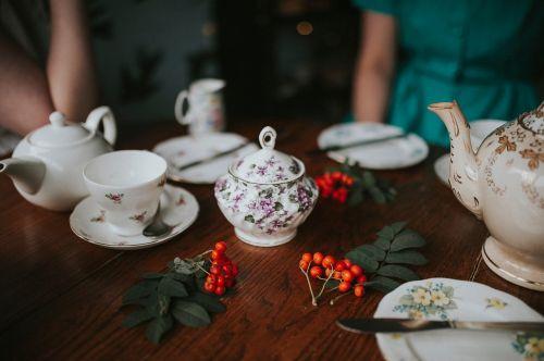 arbata,taurė,lėkštė,šaukštas,arbata,stalas,lapai,žalias,porcelianas,duona,peilis