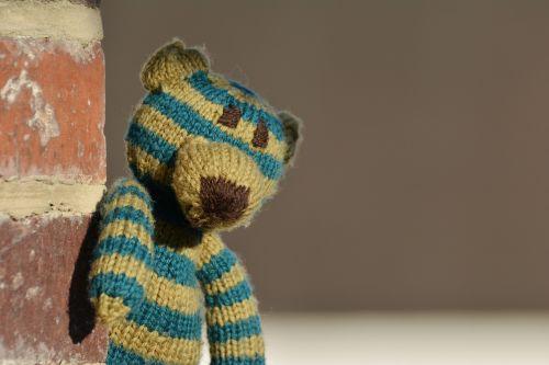 Teddy,meškiukas,megzti,vilnos,vaikų žaislai,minkštas,megztas pati,turėti,vienišas,vienas,vienatvė,saugok akis,ilgesys,dryžuotas