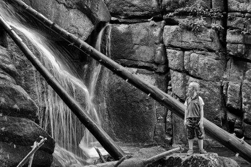 vaikas žiūri į veidą,krioklys,juodos upės krioklys,kraštovaizdžio krioklys,begantis vanduo,akmenys,gamta