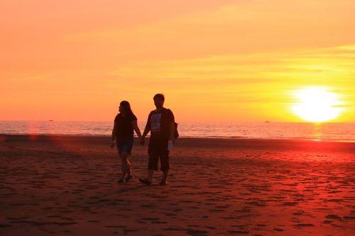 vakaro saulė,smėlio paplūdimys labai jaustis,laimingas romantiškas