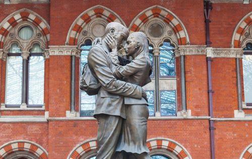 susitikimo vieta,st pancras,bučiavosi,pora,statula,bronza,mėgėjai
