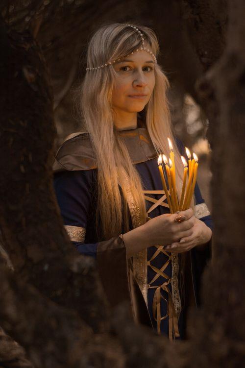 Viduramžiai,ruduo,miškas,paslaptingai,magija,žolininkas,ragana,burtininkė,istorinis,viduramžių būdas,senovė,legenda,raganavimas,fėja,pasakiškai,pasakų miškas,magiškas miškas,gamta,pagonybė,apeigas,žvakės,tamsus miškas