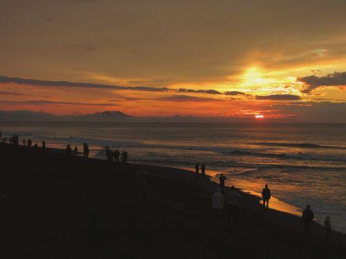 Ramusis vandenynas,banga,naršyti,putos,jūra,jūros dugnas,smėlis,papludimys,kranto,saulėlydis,saulėtekis,žmonės