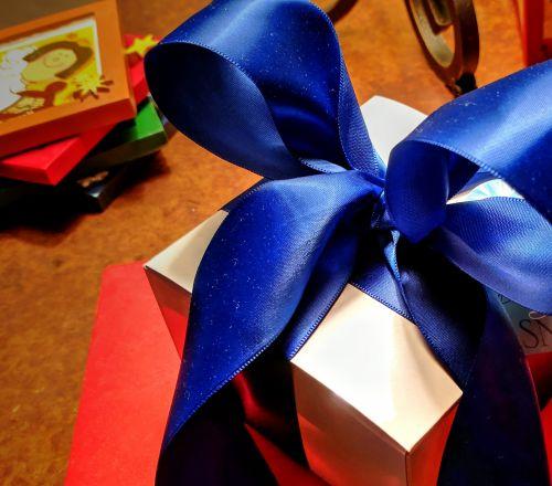 dovanos, dovanos, dėžė, pateikti, dovanos, siurprizas, raudona, mėlynas, juosta, šventė, vakarėlis, gimtadienis, dabartis
