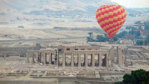 karalių slėnis,derlingas,Nile,dykuma,darbuotojų slėnis,kilmingųjų slėnis,šventykla ramsų ii,luxor,Egiptas,karšto oro balionas
