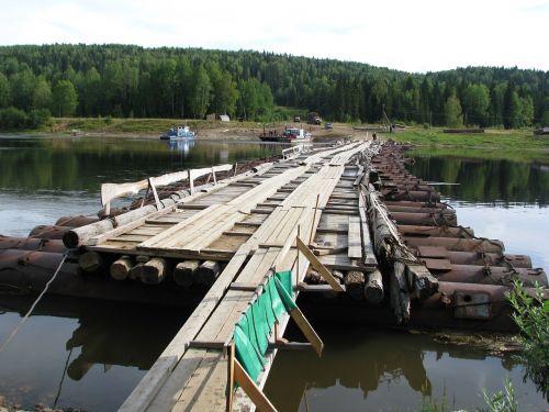 vishera upė,perėjimas,tiltas,kraštovaizdis,transportas,gamta,rami upė,perm krai,upė,papludimys,miškas,mėlynas dangus,debesys,upės krantas,vaikščioti,Rusija,kelionė,atgal į kelią,dangus,vasara,medžiai