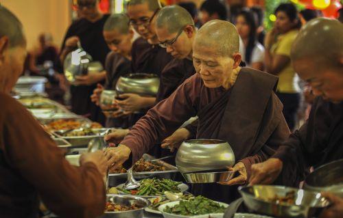 teravada budizmo,vienuolės,maitinančios mitybą,Savaitgaliais pietūs,pietūs,mitybos maistas,vienuolės,senoji vienuolė,senas pasakojimas,šventykla,vienuolynas,budistinis,budizmas,religija,kultūra,tradicinis,religinis,wat