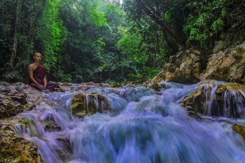 teravada budizmo,vienuolis gamtoje,meditacija,vienuolis medituojantis,vienuolis prie upelio,budistinis,vienuolis,gamta,budizmas,religija,taikus,dvasinis,religinis,ramus,atsipalaidavimas,dvasingumas,medituojantis,atsipalaiduoti,srautas,upelis
