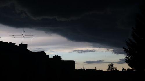 griauna,debesys,niūrus,grasinanti