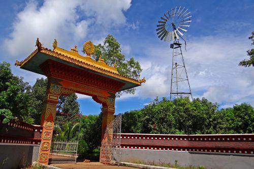 Tibeto gyvenvietė,vartai,vėjo malūnas,mundgod,Indija,vienuoliai,buda,Karnataka,mini tibetas,vienuolynas,religinis,budizmas