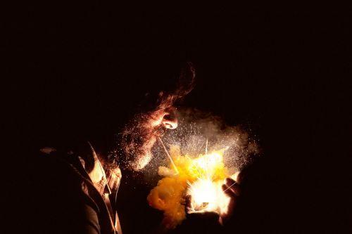 tabakas,rūkyti kibirkšties,lengvesnė cigaretė,vyras rūkymas,dūmų sprogimas,cigarečių liepsna,lengvesnė liepsna,vyrų rūkymas,fejerverkų sprogimas
