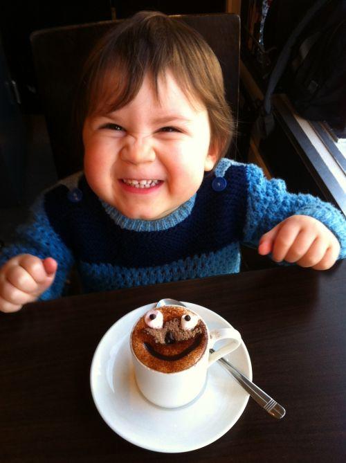 berniukas,mielas,vaikas,kavinė,karštas šokoladas,įdomus maistas,Zefyras,cukrus,šokoladas,juokinga,laimė,juokinga šypsena