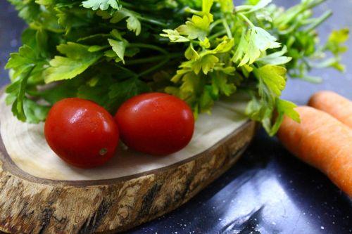 pomidoras,žalumos,žalias,raudona,pusryčiai,augalas,gamta,gražus,mityba,maistas,sveika mityba,sveika gyvensena,pjaustymo lenta,morkos,oranžinė,juoda,medis,mediena,petražolės,vyšniniai pomidorai,produkto nuotrauka,maisto nuotrauka,mityba