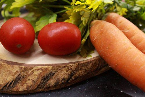 pomidoras,morkos,petražolės,raudona,žalias,oranžinė,maistas,mityba,sveikata,sveika mityba,sveika gyvensena,Sveikas maistas,pjaustymo lenta,medis,mediena,vyšniniai pomidorai,mityba
